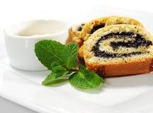 Mohnblume-Kuchen mit frischer Minze Lizenzfreies Stockfoto
