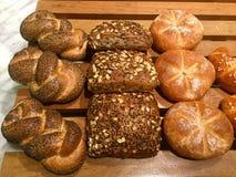 Mohnblumen- und multigrainbrötchen Brotchen-Brot Stockbilder