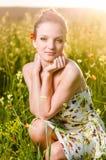 Mohnblumenfeld der jungen Frau bei Sonnenuntergang Stockfoto