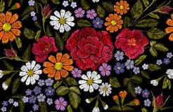 Mohnblumengänseblümchen Gerberakrautaufkleberfleckenmode der Stickereiblume Drucktextilvektorillustration der rosafarbenen nahtlo Stockbild
