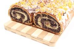 Mohnkuchen auf hölzernem Schneidebrett Stockfoto