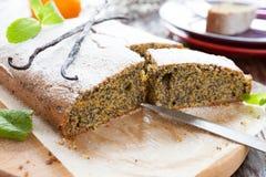 Mohnkuchen mit Puderzucker in einem Schnitt stockbilder