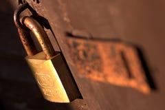 Moho Rusty Close de la cerradura de cojín encima de viejo llevado Fotos de archivo libres de regalías