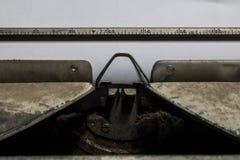 Moho y polvo viejos de la máquina de escribir del primer con la hoja de papel Fotos de archivo