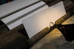 Moho y polvo viejos de la máquina de escribir del primer con la hoja de papel Fotografía de archivo