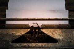 Moho y polvo viejos de la máquina de escribir del primer con la hoja de papel Foto de archivo