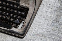 Moho y polvo viejos de la máquina de escribir en la tabla de madera blanca vieja Foto de archivo libre de regalías