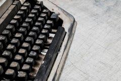 Moho y polvo viejos de la máquina de escribir en la vieja textura de madera blanca de la tabla abstraiga el fondo Fotografía de archivo libre de regalías