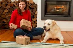 Moi et mes cadeaux d'amour de chien Images libres de droits