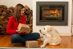 Moi et mes cadeaux d'amour de chien Photographie stock