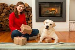 Moi et mes cadeaux d'amour de chien Photos stock