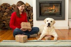 Moi et mes cadeaux d'amour de chien Photos libres de droits