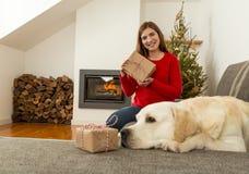 Moi et mes cadeaux d'amour de chien Image libre de droits