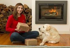 Moi et mes cadeaux d'amour de chien Photographie stock libre de droits