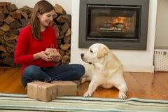 Moi et mes cadeaux d'amour de chien Images stock