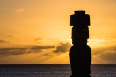 Moia sylwetka w Wielkanocnej wyspie podczas zmierzchu Zdjęcie Royalty Free