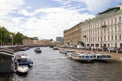 Moika河堤防的看法从绿色桥梁的,圣彼德堡,俄罗斯 游人的汽船Moika河的 库存图片