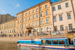 Moika河的堤防和圣彼德堡,俄罗斯老历史的buldings  免版税库存照片