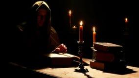Moine au monastère avec les vieux livres liturgiques banque de vidéos