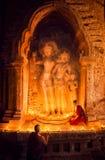 Moine avec l'art de stuc à l'intérieur de la pagoda et du temple images libres de droits