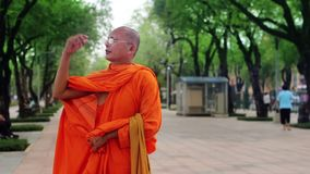 moine bouddhiste à la rue banque de vidéos