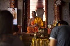 Moine bouddhiste à un temple en Chiang Mai, Thaïlande Photographie stock libre de droits