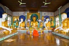 Moine bouddhiste ascétique méditant dans la pagoda de Shwedagon Paya dedans image stock