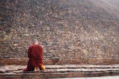 Moine bouddhiste au stupa de l'incinération de Bouddha dans un matin brumeux, Kushinagar, Inde Image stock