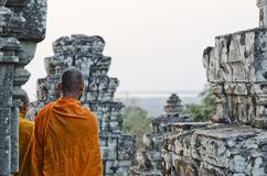 Moine bouddhiste au temple d'Angkor Vat près de Siem Reap Cambodge Photographie stock libre de droits