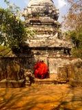 Moine bouddhiste cambodgien priant à la montagne d'Oudong Photos libres de droits