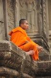 Moine bouddhiste dans Angkor Wat au Cambodge Image stock