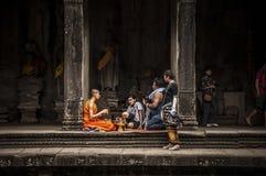 Moine bouddhiste dans le temple d'Angkor Vat Photo stock