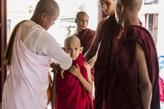 Moine bouddhiste de Myanmar chez Shwezigon Paya, Bagan, Myanmar Image stock