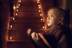 Moine bouddhiste de novice apprenant dans le monastère photographie stock libre de droits
