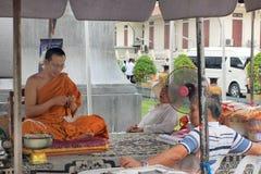 Moine bouddhiste discutant l'ouside un certain temple bouddhiste, Thaïlande image stock