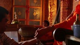 Moine bouddhiste en AMI de Wat Phrathat Doi Suthep Chiang banque de vidéos