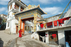 Moine bouddhiste entrant dans l'institut de Zigar Drikung Kagyud dans Rewalsar, Inde Photo stock