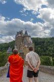 Moine bouddhiste escorté tirant le château d'Eltz dans le nstermaifeld de ¼ de MÃ, Allemagne Images libres de droits