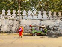 Moine bouddhiste marchant au temple à Ayutthaya Bangkok, Thaïlande image libre de droits