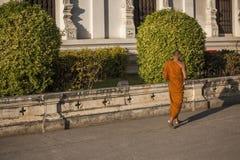Moine bouddhiste marchant pour recevoir la connaissance dans un themple images stock