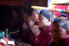 Moine bouddhiste pendant la cérémonie de puja photo libre de droits