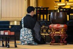 Moine bouddhiste priant dans le temple à Tokyo image libre de droits