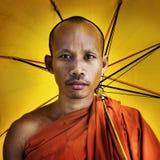 Moine bouddhiste tenant le concept de cérémonie de parapluie Images stock