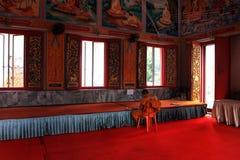 Moine bouddhiste travaillant dans un temple, Thaïlande, d'intérieur images stock