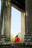 Moine chez Angkor Wat Photo libre de droits