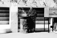 Moine chez Dzong, Paro, Bhutan image stock
