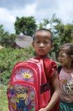 Moine Children jouant sur le champ d'école Photos stock