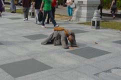 Moine chinois sur des mains et des genoux Photo libre de droits