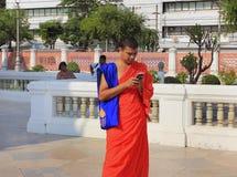 Moine d'un temple bouddhiste à Bangkok, Thaïlande image libre de droits