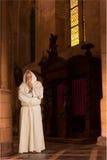 Moine dans la vieille église Photographie stock libre de droits